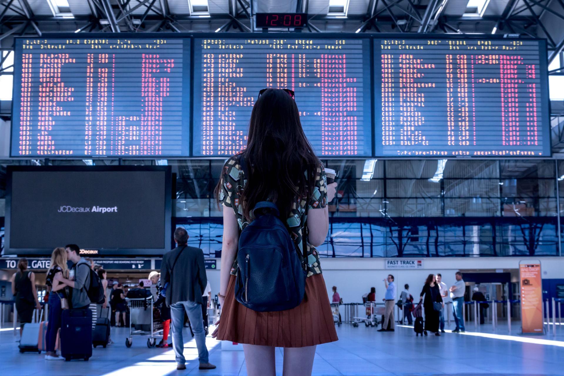 senior na lotnisku